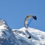 parapente biplace devant le Mont Blanc